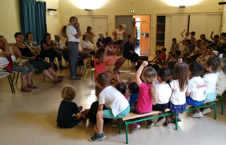 le club des seniors rend visite aux enfants de l'école maternelle